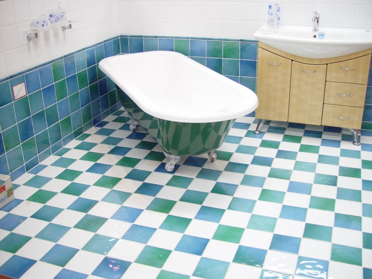Bathroom Remodel Design: Checkerboard Decor and Reflective Tub